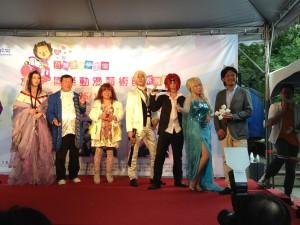 日本や中国、シンガポールなどから招待されたコスプレ勝者たちとステージでご挨拶。